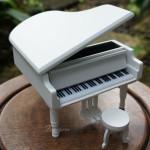 กล่องดนตรีแกรนด์เปียโนไม้สีขาว