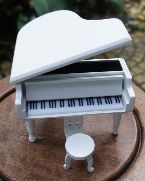 กล่องดนรีเปียโนสีขาว
